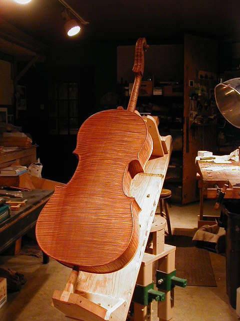 Monsterballvise holding Cello 2002 for varnishing
